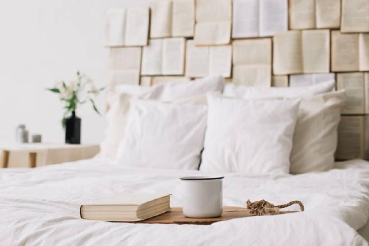cama con libro y taza de cafe