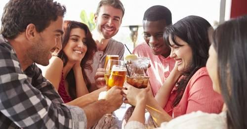 Un estudio explica por qué el alcohol hace más fácil hablar un idioma extra..