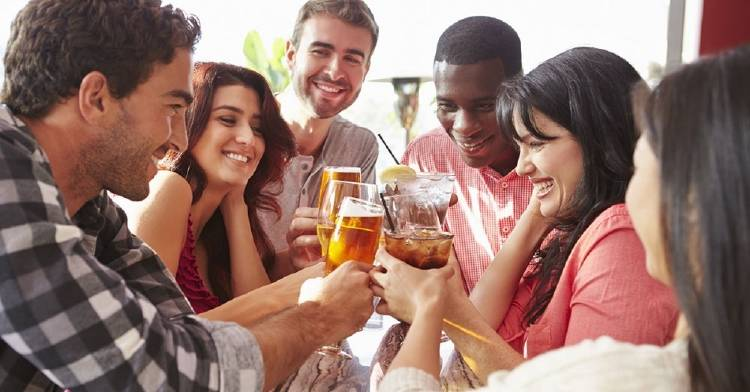 Un estudio explica por qué el alcohol hace más fácil hablar un idioma extranjero