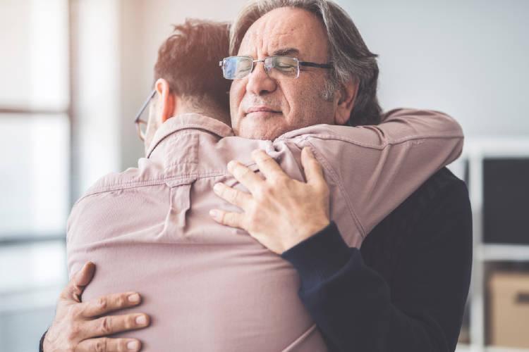 abrazo padre e hijo empatia