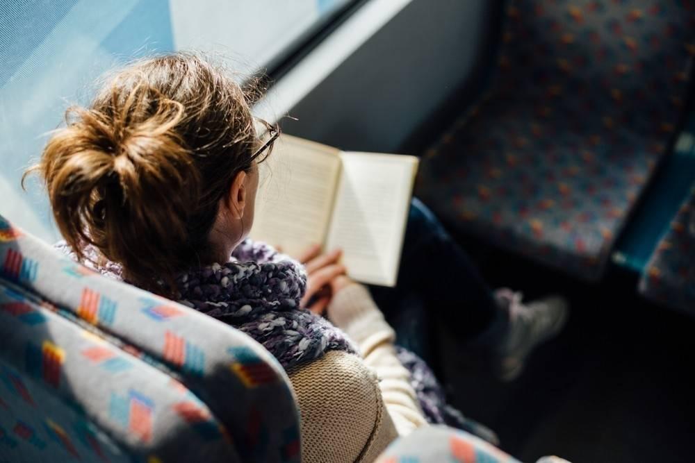 En Rumania puedes viajar gratis si vas leyendo un libro