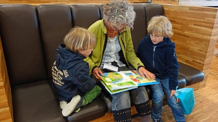 Cuidar a los nietos tiene beneficios para la salud de los abuelos