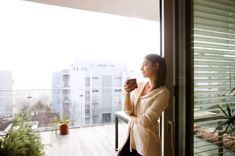 mujer casa cafe balcon