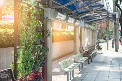 Diseñan paradas de autobús con techo verde y paneles solares en Brasil