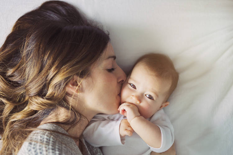 madre le da beso a su bebe