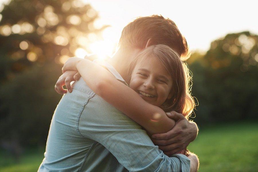 abrazo padre hija familia