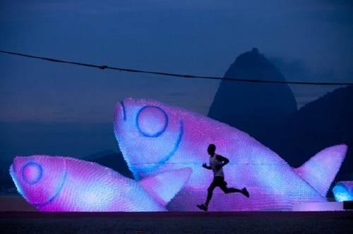 Esculturas gigantes con botellas de plástico.