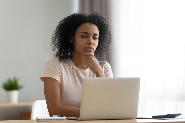 mujer computadora trabajo