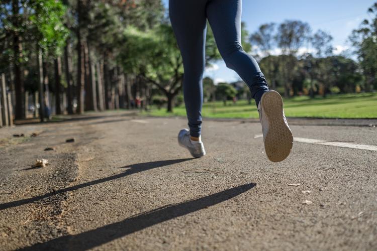La velocidad a que la caminas habla de tu riesgo frente al Covid-19