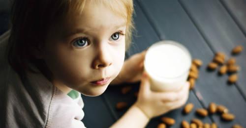 Como pasar a tu hijo de la leche de vaca a la de almendras sin frustrarte en el