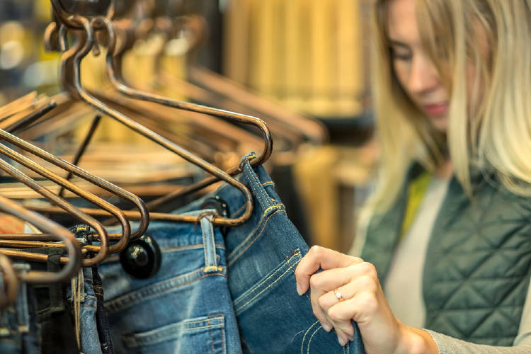 Una mujer compra jeans