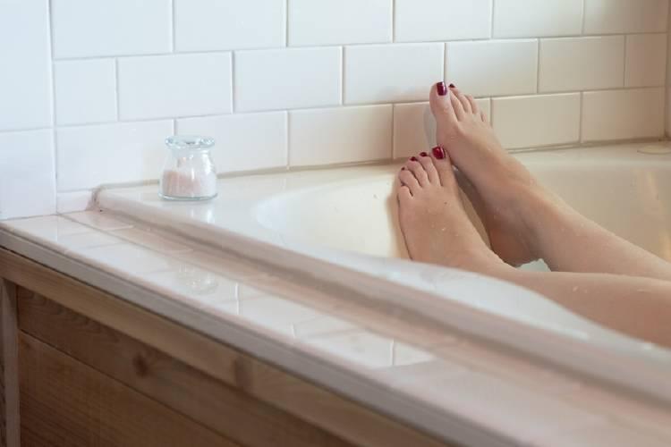 mujer bañandose en una bañera