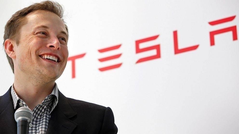Por qué el creador del auto Tesla quiere fabricar techos
