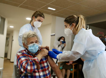 Sin mascarillas y sin distancia social: la nueva guía de los CDC para los vacunados