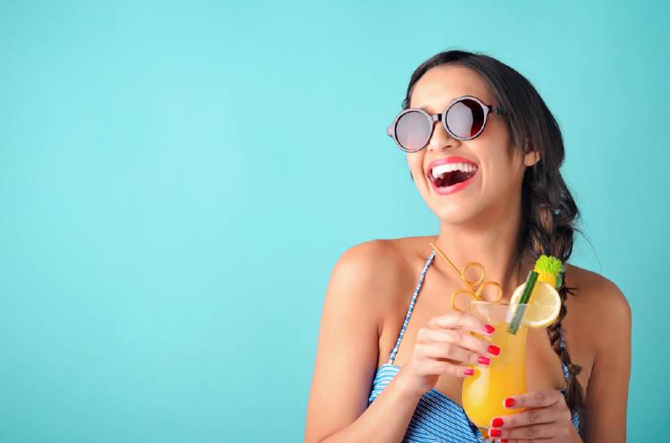mujer jugo lentes de sol verano