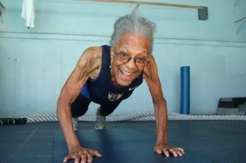 Una mujer de 100 años rompe récord mundial en atletismo