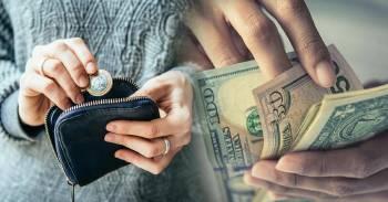 Una persona cuenta billetes y otra mete monedas en un monedero