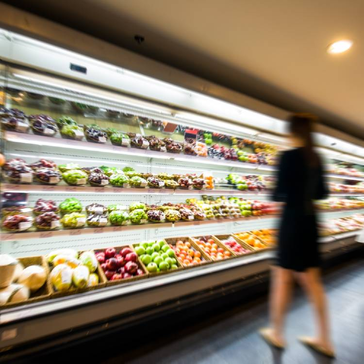 mujer supermercado alimentos