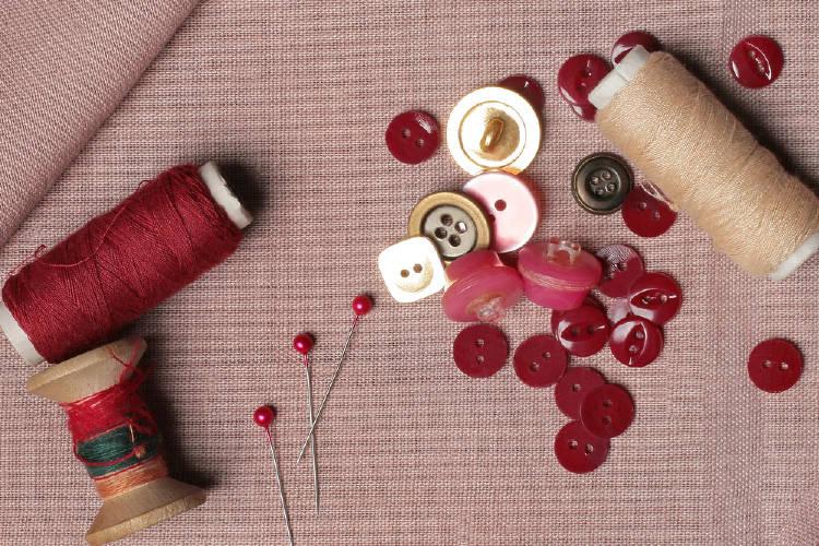coser hilo botones