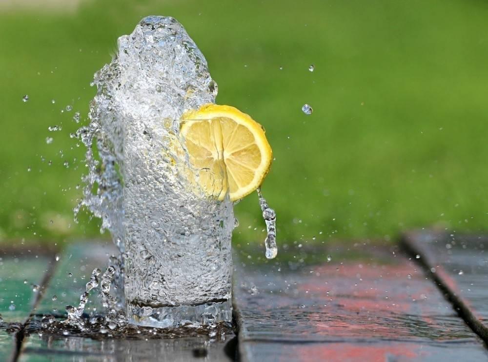 Esto pasa en tu cuerpo si bebes agua en ayunas durante un mes