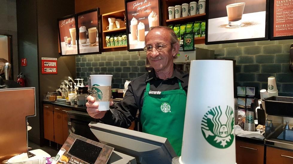 Starbucks abrió su primer local atendido por personas mayores