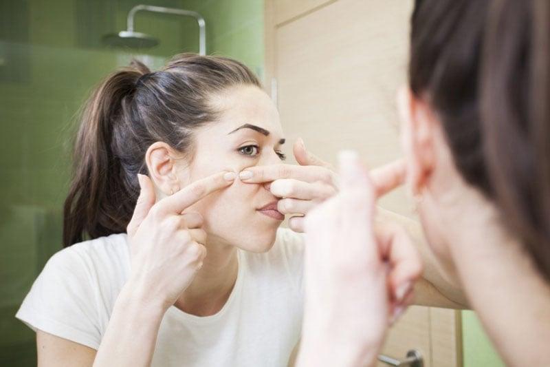 manchas grumosas debajo de la piel en la cara