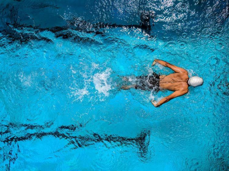 Hombre practicando natacion