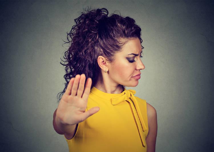 Una mujer hace el gesto de poner un freno