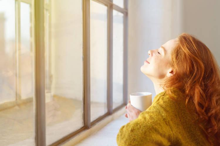 mujer sol ventana