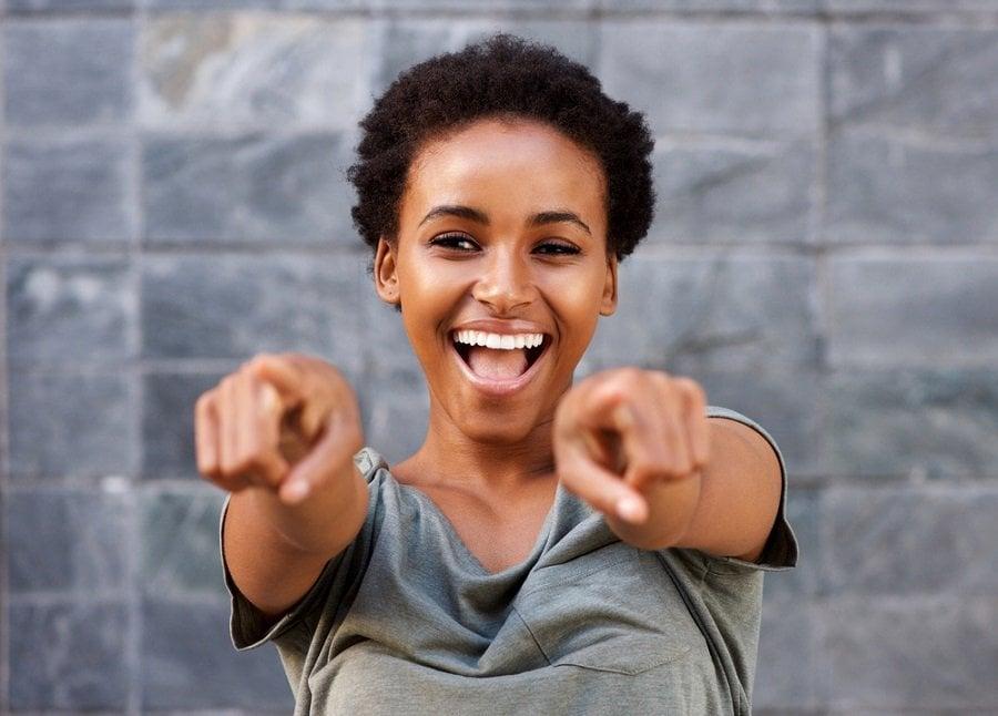 mujer feliz confiada