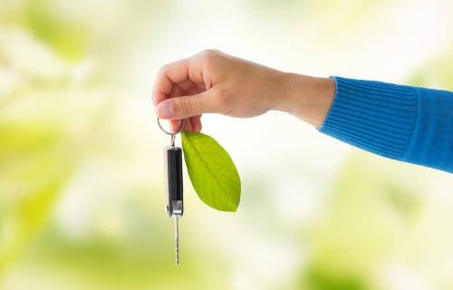 llave de auto hibrido simbolo de cuidado ambiental
