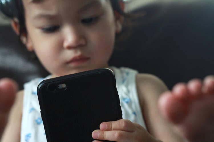 Los niños menores de dos años no deberían usar pantallas