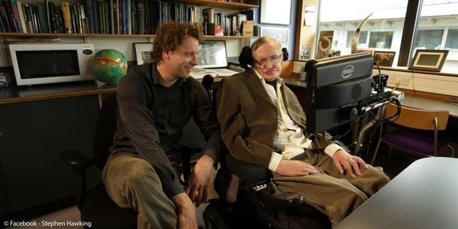 Stephen Hawking y su colega Thomas Hertog