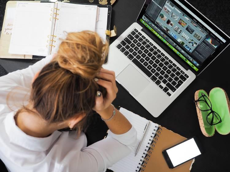 Una mujer estresada en su trabajo