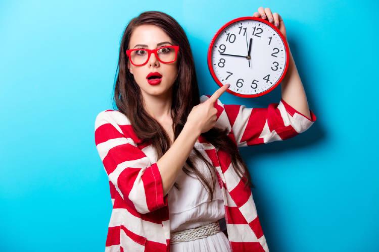 Una mujer señala la hora en un reloj