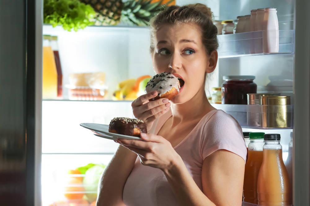 ¿Cuáles son los síntomas de comer compulsivamente?