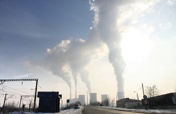 Fábrica contaminando el ambiente