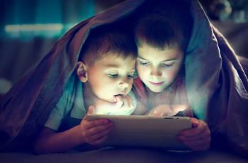 niños usando tablet