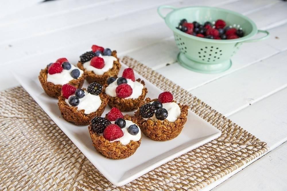 Tacitas de granola con yogur y frutas