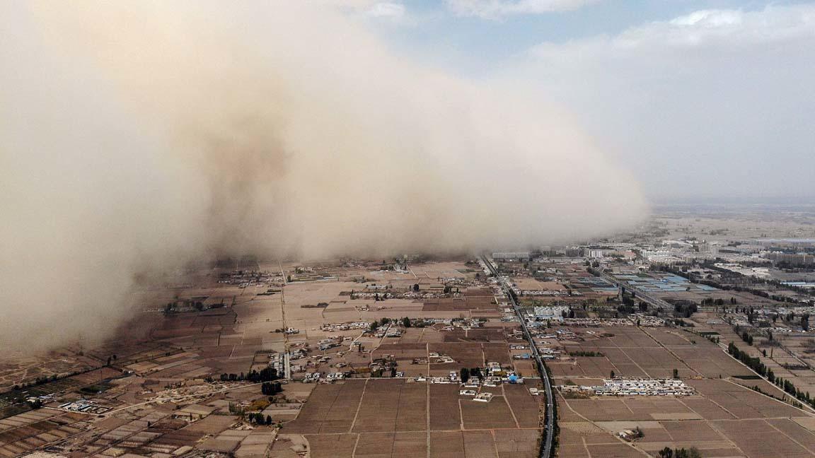 Tormentas de arena confinan a pueblos enteros en China