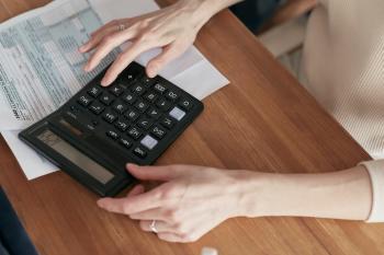 mujer-usando-calculadora-haciendo-cuentas