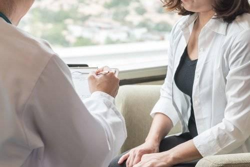 Una mujer en una consulta con el médico