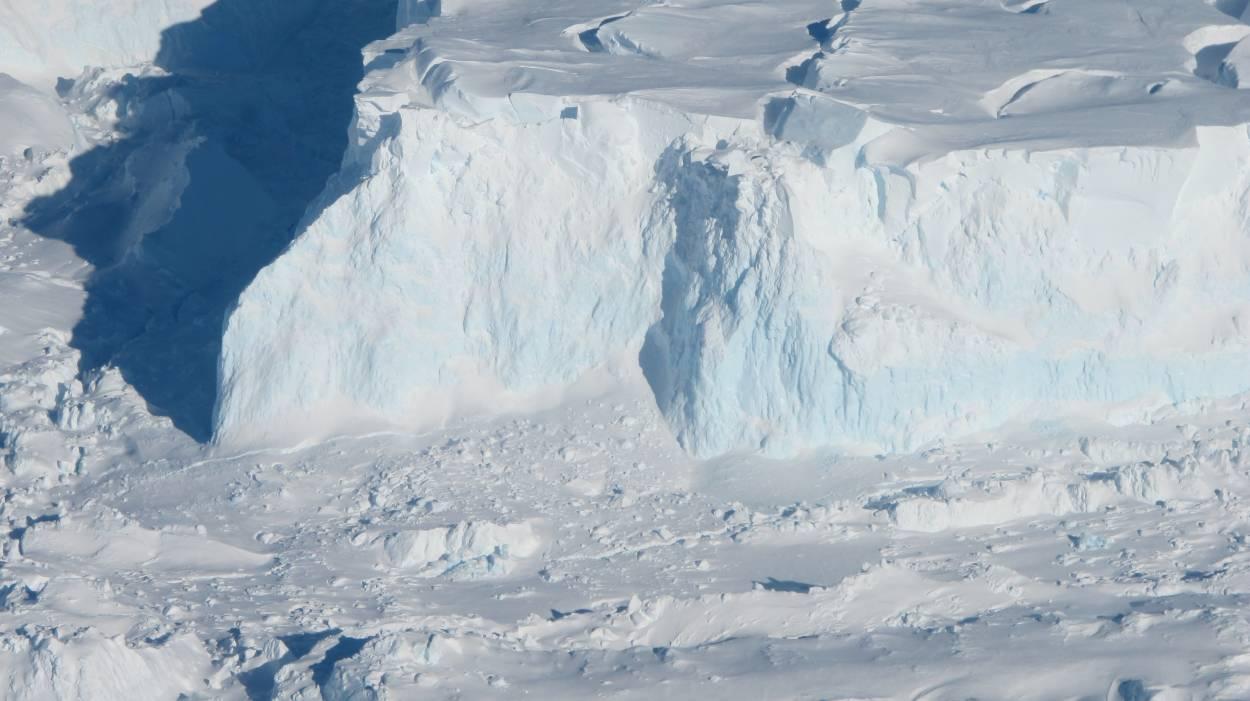 Antártida: por primera vez encuentran agua tibia en un glaciar
