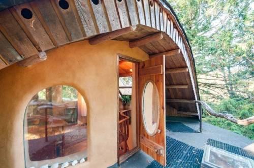 Una casita hecha a mano con materiales naturales locales