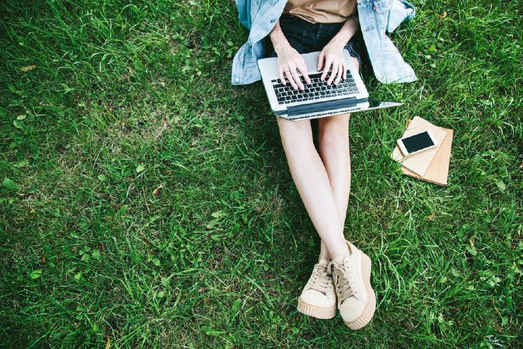 mujer computadora pasto