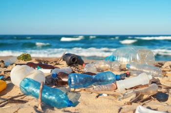 una playa cubierta de residuos plasticos