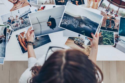 Una mujer mirando fotografías
