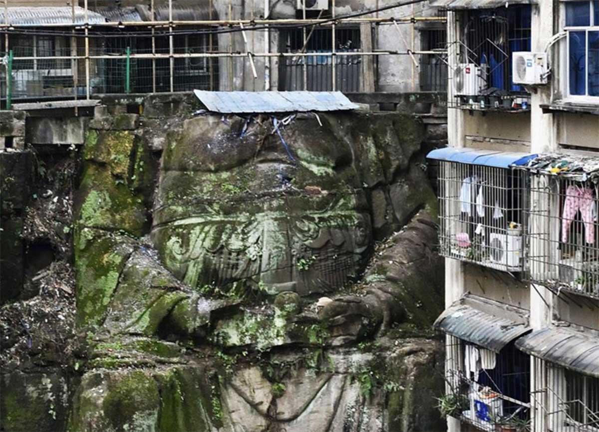 Descubrieron una gigantesca estatua de Buda de más de 1000 años debajo de un edificio en China