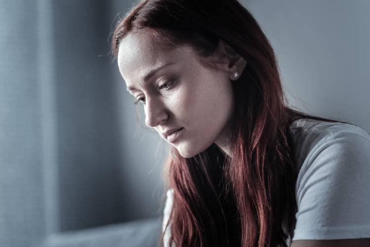 anemia concepto mujer triste y pálida