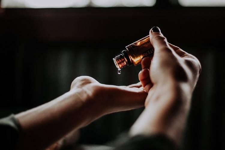 El aceite de árbol de té es bueno para tener una piel mate